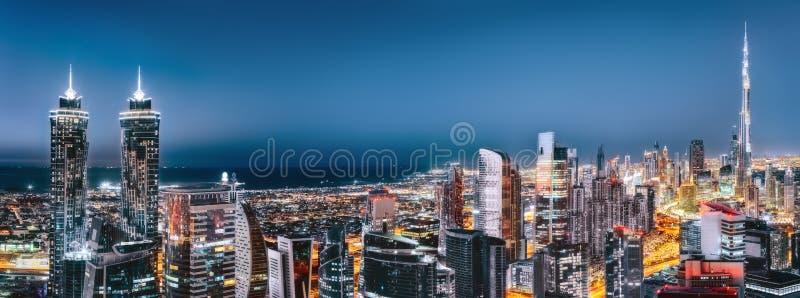 Scenisk flyg- sikt av i stadens centrum Dubai, Förenade Arabemiraten, med upplysta skyskrapor royaltyfri foto