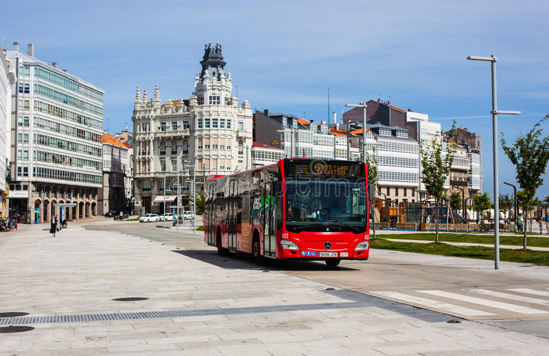 Scenisk framtidsutsikt av boulevarden med bussen i en Coruña arkivfoton