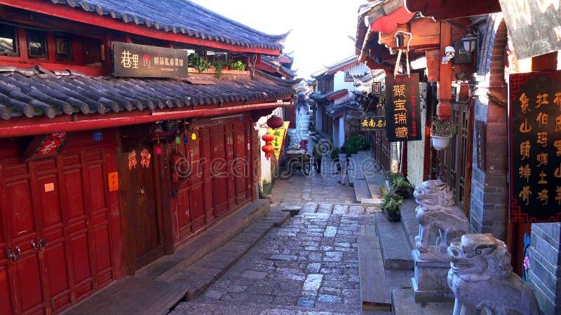 Scenisk gata i den gamla staden av Lijiang, Yunnan landskap, Kina arkivbilder
