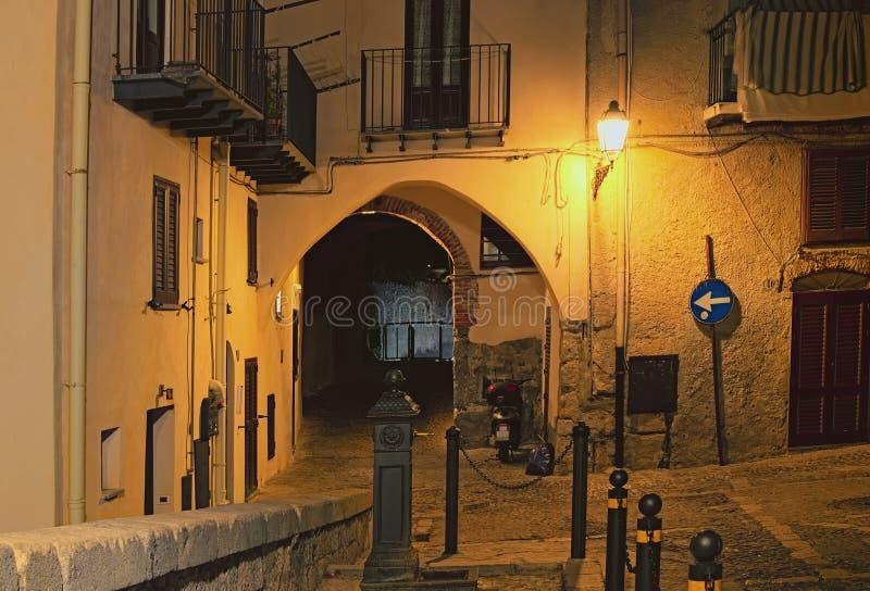 Scenisk gata i gammal stad av Cefalu i Sicilien, Italien royaltyfri fotografi