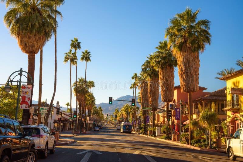 Scenisk gatasikt av Palm Springs på soluppgång royaltyfri bild