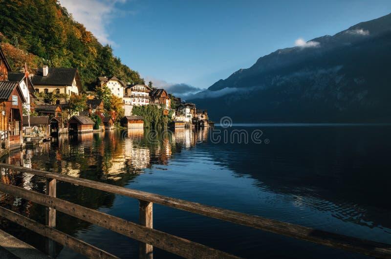 Scenisk Hallstatt stad i höst, Österrike royaltyfria bilder