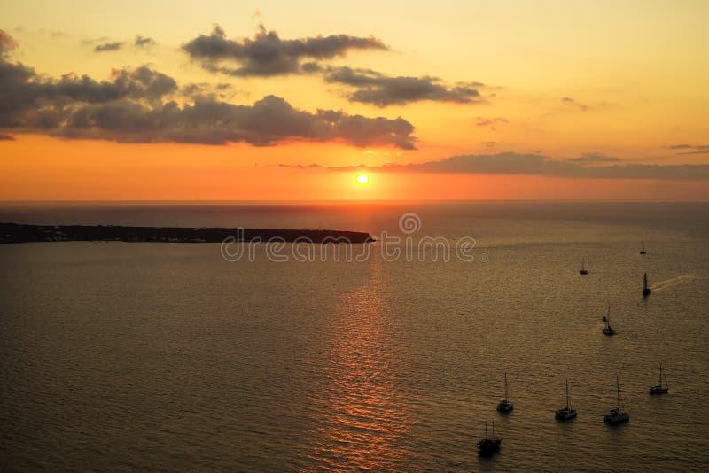Scenisk havsikt för romantisk solnedgång i det vidsträckta Aegean havet med konturn för seglingskepp, det abstrakta molnet och lj fotografering för bildbyråer
