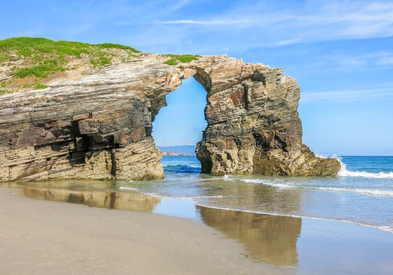 Scenisk klippasikt av Praia das Catedrais, berömd strand i Galicia, nordliga Spanien arkivfoto