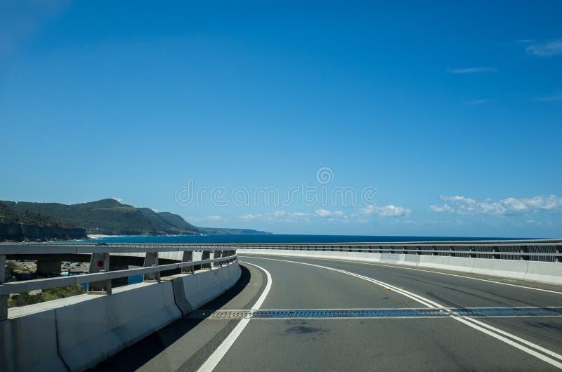 Scenisk kust med havet Cliff Bridge, Wollongong Australien royaltyfri bild