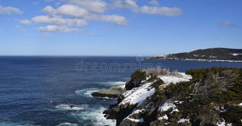 Scenisk kustlinje för silverminslinga av Newfoundland nära Torbay Newfoundland royaltyfri foto