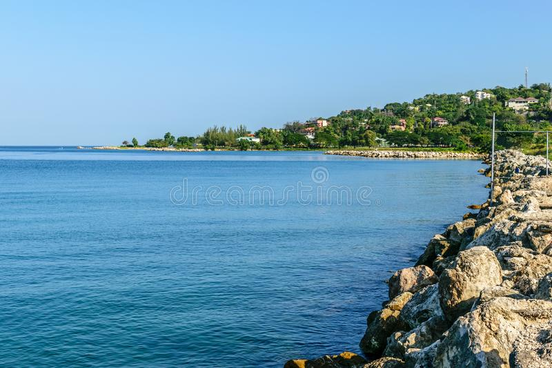 Scenisk kustlinjehavsikt längs skyddsmur mot havet av den tropiska karibiska ön royaltyfri bild