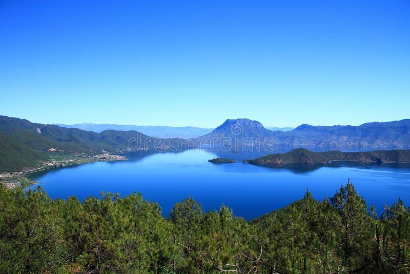 Scenisk Lugu sjö, Kina fotografering för bildbyråer
