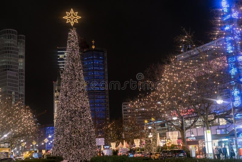 Scenisk nattsikt av Kaiser Wilhelm Memorial Church på jul arkivbild