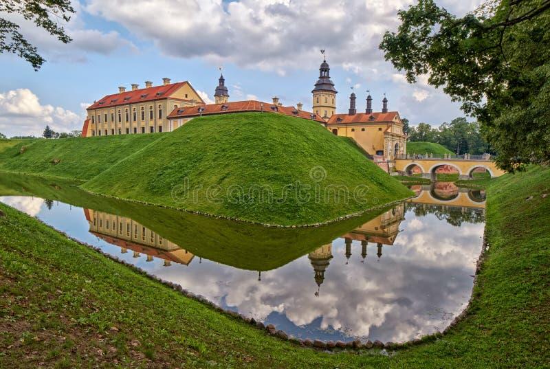 Download Scenisk Nesvizh Slott I Vitryssland Fotografering för Bildbyråer - Bild av flod, fästning: 76704217