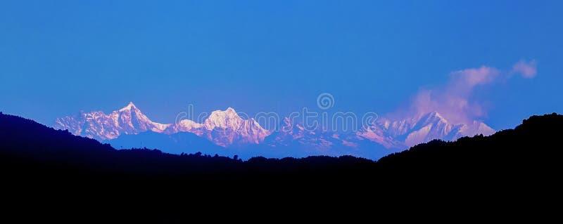 Scenisk panoramasikt av berg, Kanchenjunga region, Himalaya royaltyfria bilder