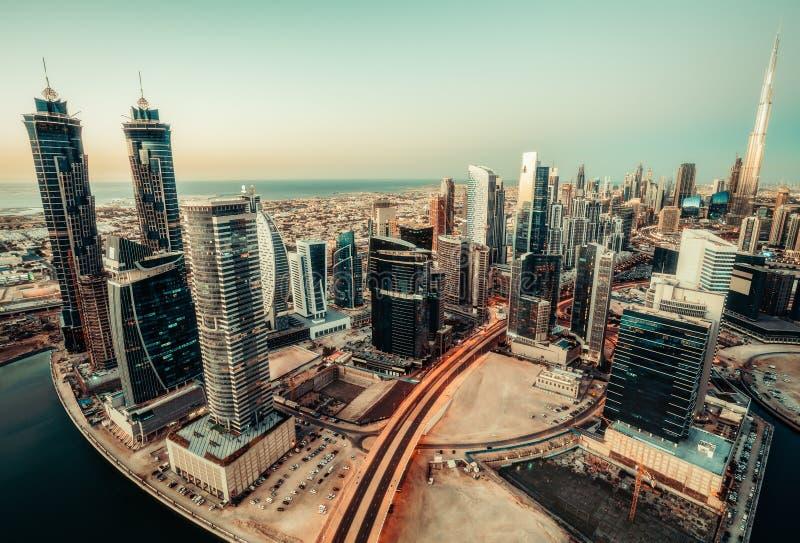 Scenisk panoramautsikt av den moderna staden på solnedgången Flyg- horisont av Dubai, UAE royaltyfri fotografi
