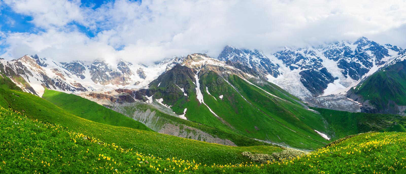 Scenisk panoramautsikt p? bergskedja i Kaukasus, Georgia arkivbild