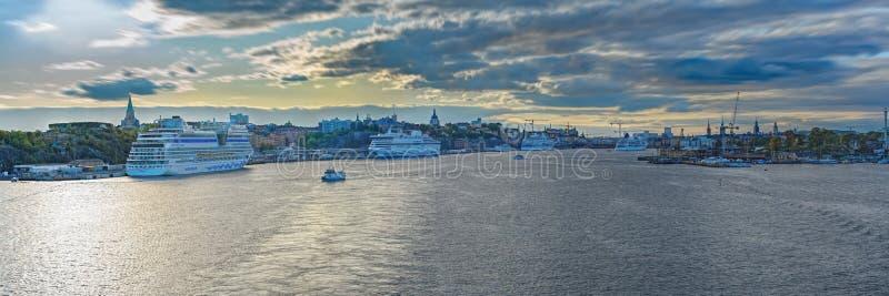 Scenisk panoramisk syn på Stockholms kustlinje med ett förtöjt passagerarfartyg på soliga höstkväll Stockholm, Sverige royaltyfri fotografi