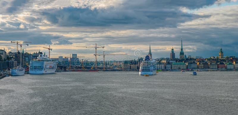 Scenisk panoramisk syn på Stockholms kustlinje med ett förtöjt passagerarfartyg på soliga höstkväll Stockholm, Sverige fotografering för bildbyråer