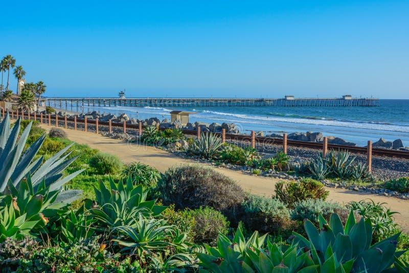 Scenisk pir f?r San Clemente Ocean sida n?stan och Stillahavs- surfliner f?r st?nger arkivfoto