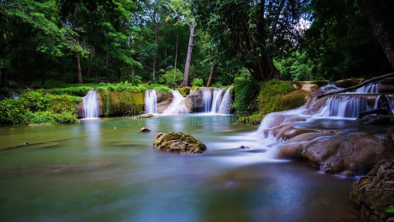 scenisk rörelsevattenfall, Saraburi arkivbild