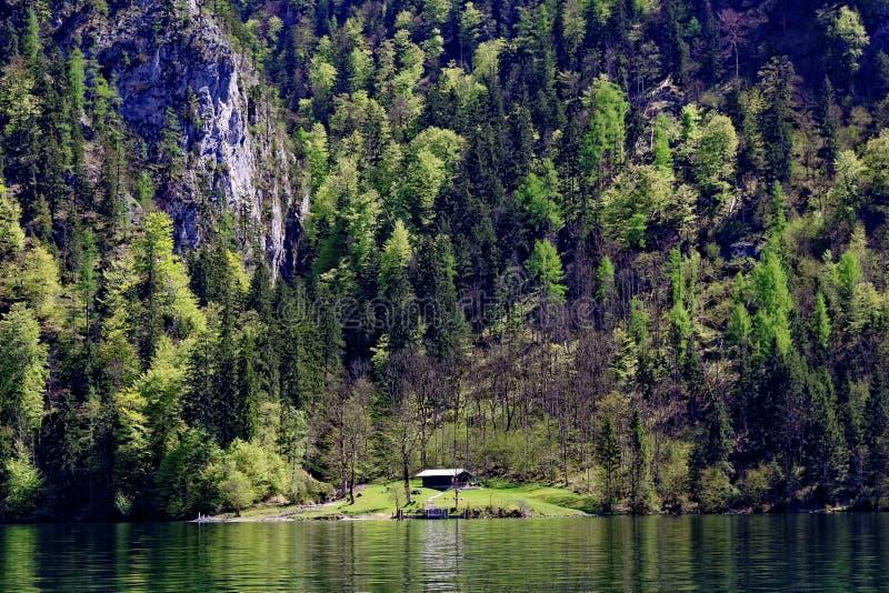 Scenisk sändningspir Kessel av bergsjön Königssee arkivbilder