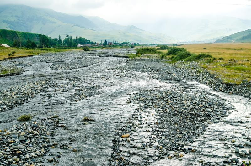 Scenisk sikt av bergflodlandskapet fotografering för bildbyråer