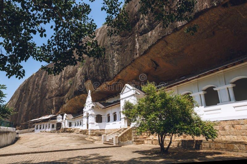 scenisk sikt av byggnad med berget bakom i dambulla, fotografering för bildbyråer