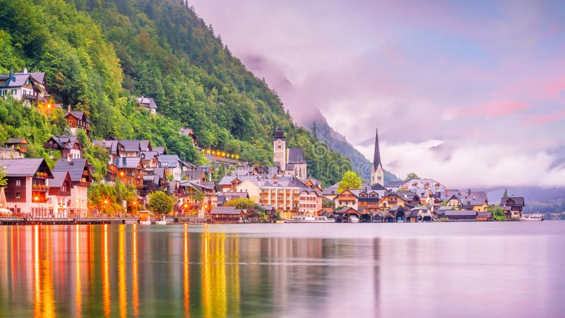 Scenisk sikt av den berömda Hallstatt byn i Österrike royaltyfria bilder