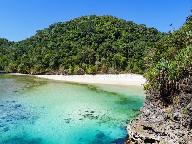 Scenisk sikt av den gömda lagun med den vita stranden Segara Anakan royaltyfria foton