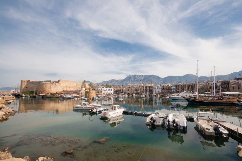 Scenisk sikt av den gamla hamnen av Kyrenia, ö av Cypern, wi arkivfoton