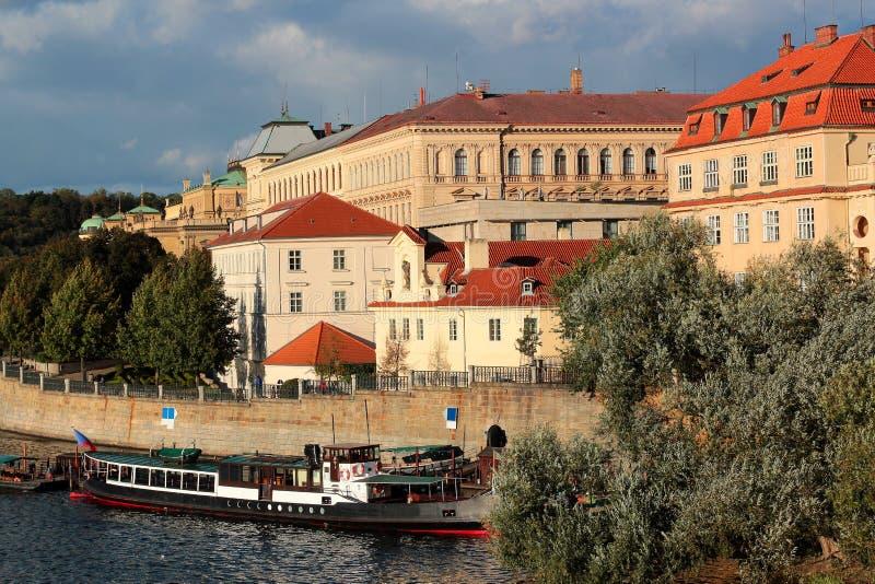 Scenisk sikt av den gamla stadpirarkitekturen från Charles Bridge över den Vltava floden i Prague, Tjeckien royaltyfria foton