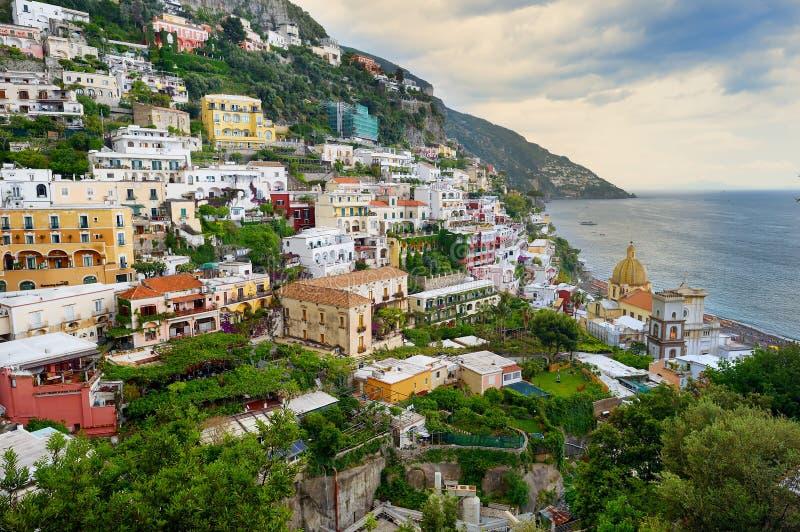 Scenisk sikt av den härliga staden av Positano i Italien arkivfoton