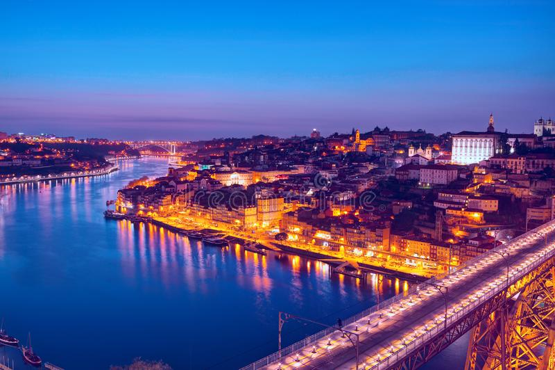 Scenisk sikt av den historiska staden av Porto i skymningen, Portugal fotografering för bildbyråer