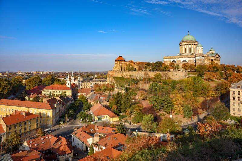 Scenisk sikt av den kungliga slotten, den berömda basilikan och centret av Esztergom, Ungern på den soliga höstdagen arkivbilder
