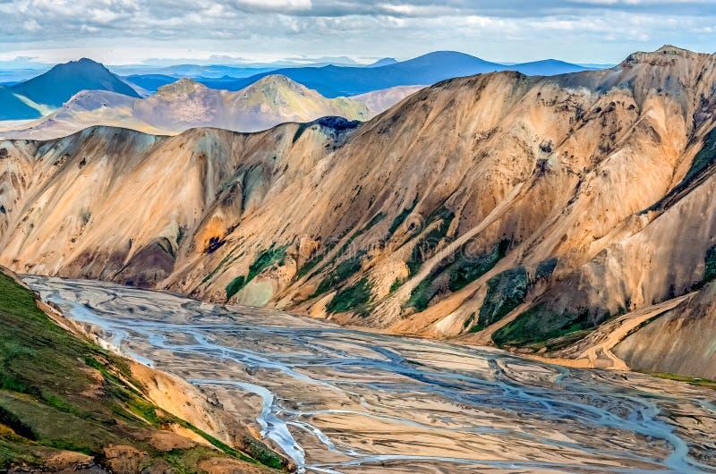 Scenisk sikt av den Landmannalaugar färgrika berg och floden royaltyfri bild