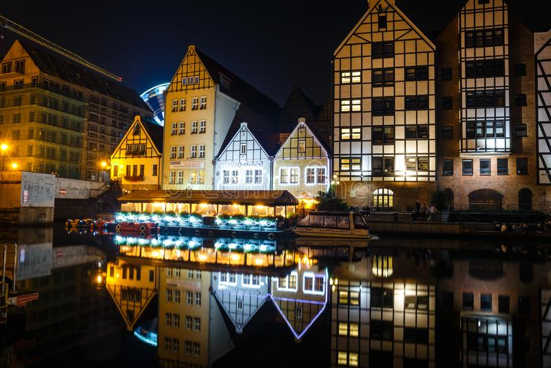 Scenisk sikt av den Motlawa flodinvallningen i historisk del av Gdansk på natten, Polen arkivbild