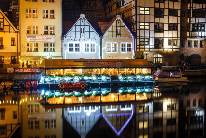 Scenisk sikt av den Motlawa flodinvallningen i historisk del av Gdansk på natten, Polen arkivfoto