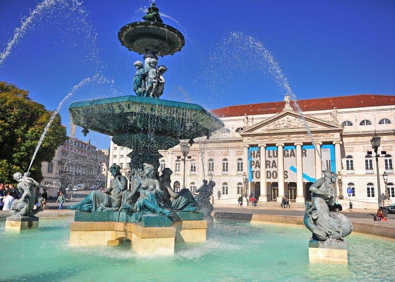 Scenisk sikt av den nationella teatern av Lissabon på den Rossio fyrkanten arkivfoto