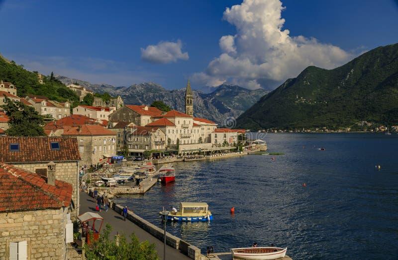 Scenisk sikt av den perfekta historiska staden för vykort av Perast i fjärden av Kotor på en solig dag i sommaren, Montenegro royaltyfri fotografi