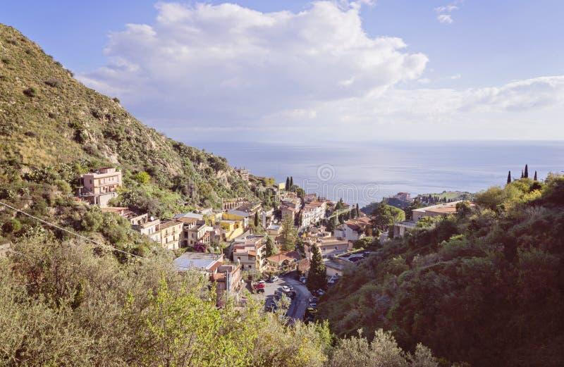 Scenisk sikt av den Taormina fjärden royaltyfri foto