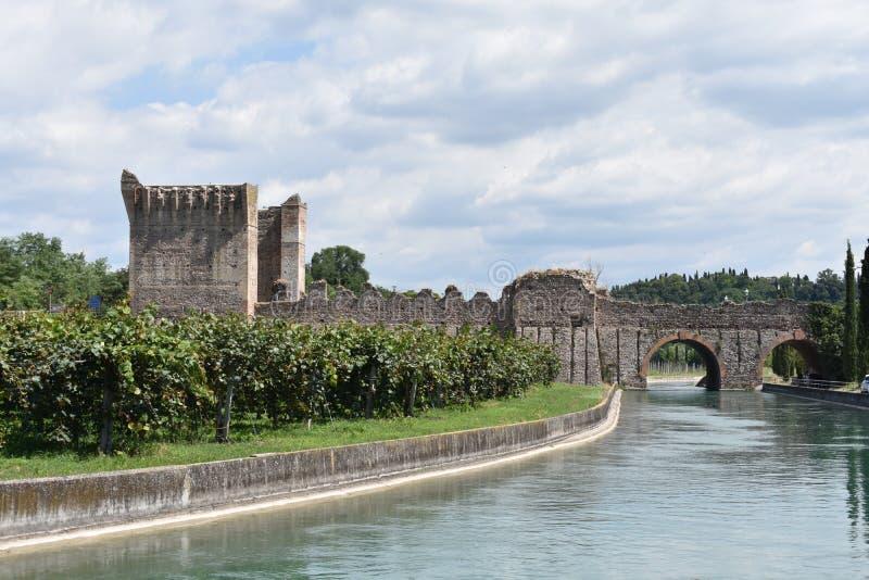 Scenisk sikt av den Visconti bron på Borghetto sul Mincio arkivbilder