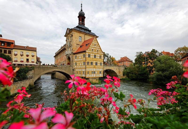 Scenisk sikt av det gamla stadshuset av Bamberg under lynnig molnig himmel, en härlig medeltida stad på floden Regnitz arkivfoto