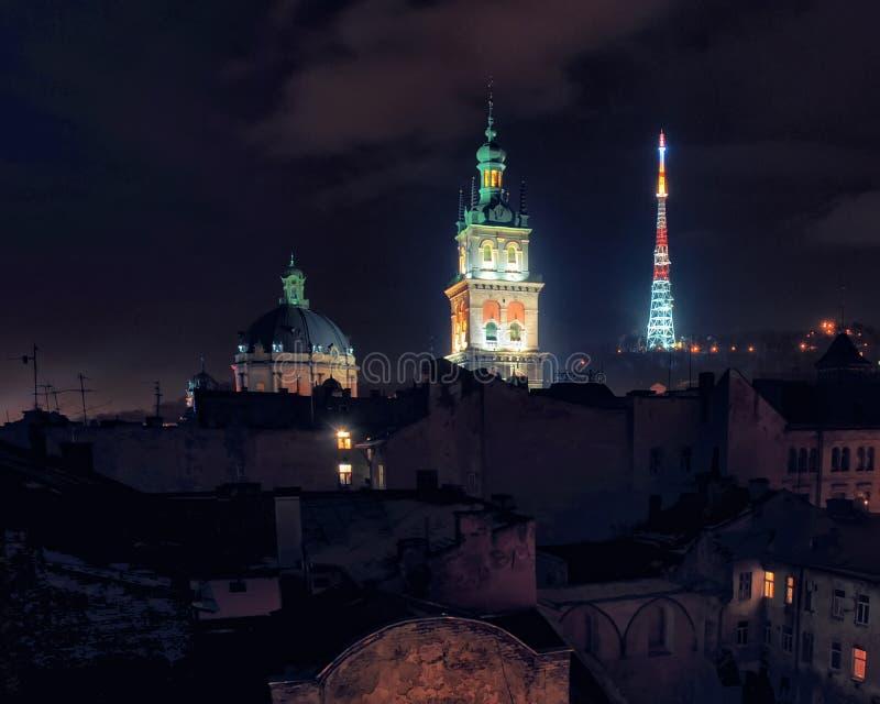 Scenisk syn på historiska stadskärnor nattetid, Lviv, Ukraina Unescos världsarvsplats arkivfoton