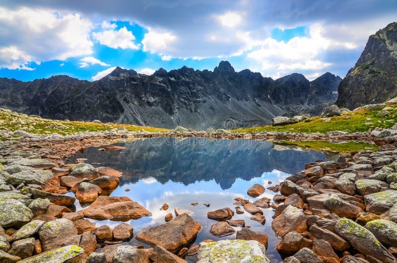 Scenisk sikt av en bergsjö i höga Tatras, Slovakien royaltyfri fotografi