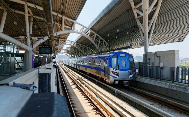 Scenisk sikt av en tunnelbanadrevresande på den högstämda järnvägen av systemet för Taoyuan flygplatsMRT royaltyfri bild