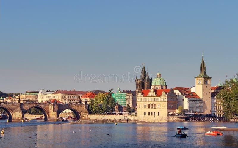 Scenisk sikt av gammal stadpirarkitektur och Charles Bridge över den Vltava floden i Prague, Tjeckien Prague Cityscape arkivbild