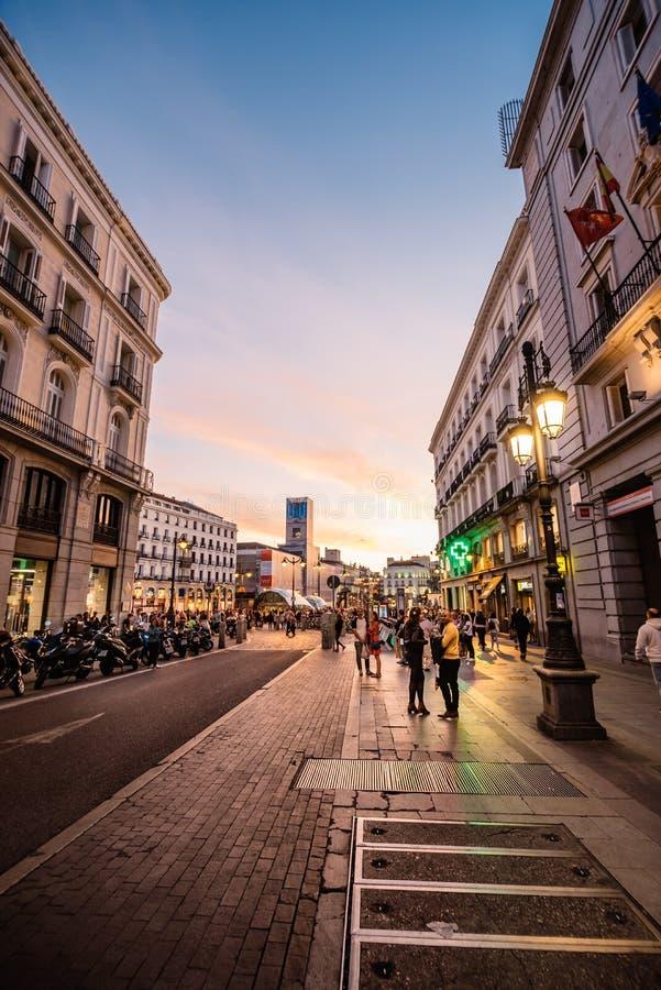 Scenisk sikt av gatan i stadsmitt av Madrid på solnedgången royaltyfri foto