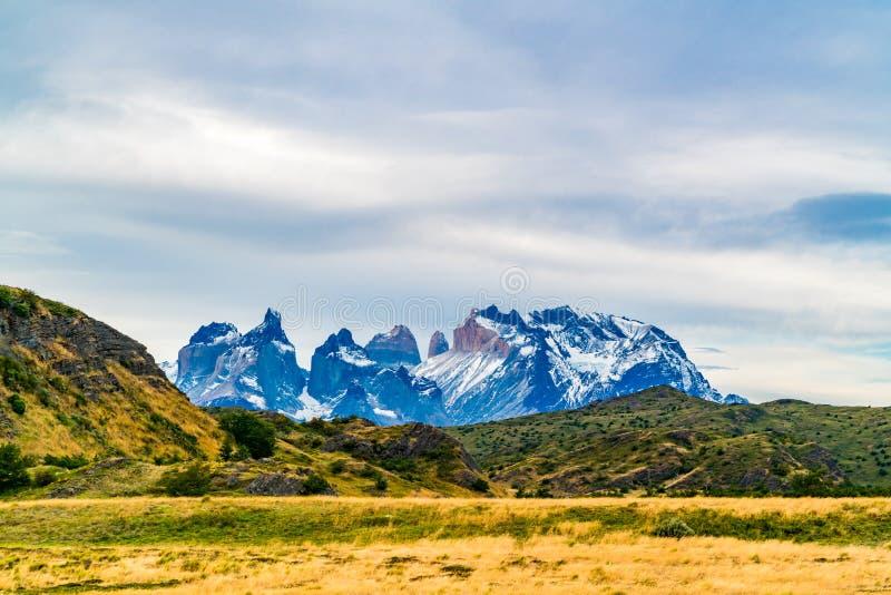Scenisk sikt av härliga Cuernos del Paine berg i den Torres del Paine nationalparken arkivbild