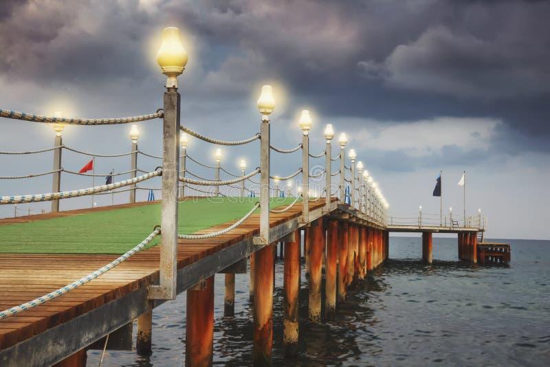 Scenisk sikt av havspir i aftonen i dåligt väder med molnig himmel royaltyfri bild