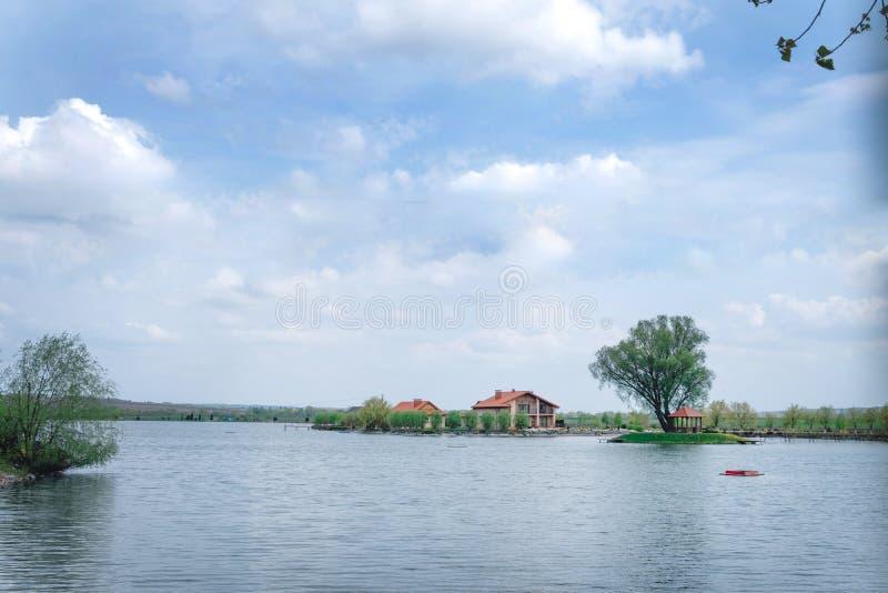Scenisk sikt av huset, sjö, bro i avståndsfisklantbruket royaltyfri fotografi