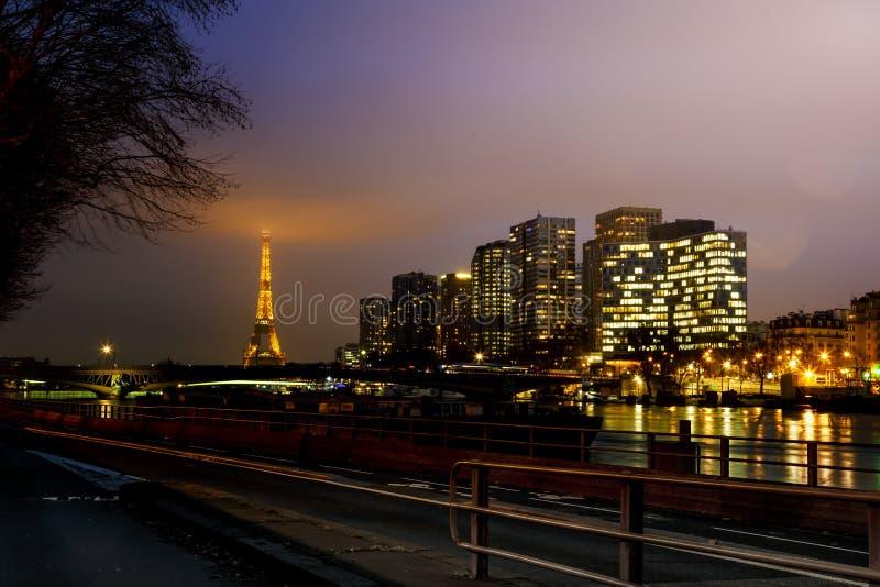 Scenisk sikt av i stadens centrum Paris på natten arkivbild