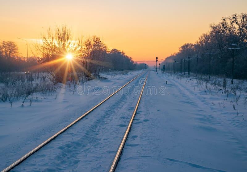 Scenisk sikt av järnvägen som långt borta går på soluppgång royaltyfri foto