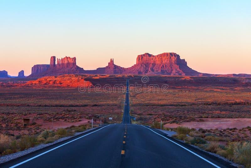 Scenisk sikt av monumentdalen i Utah på soluppgång, Förenta staterna arkivbild